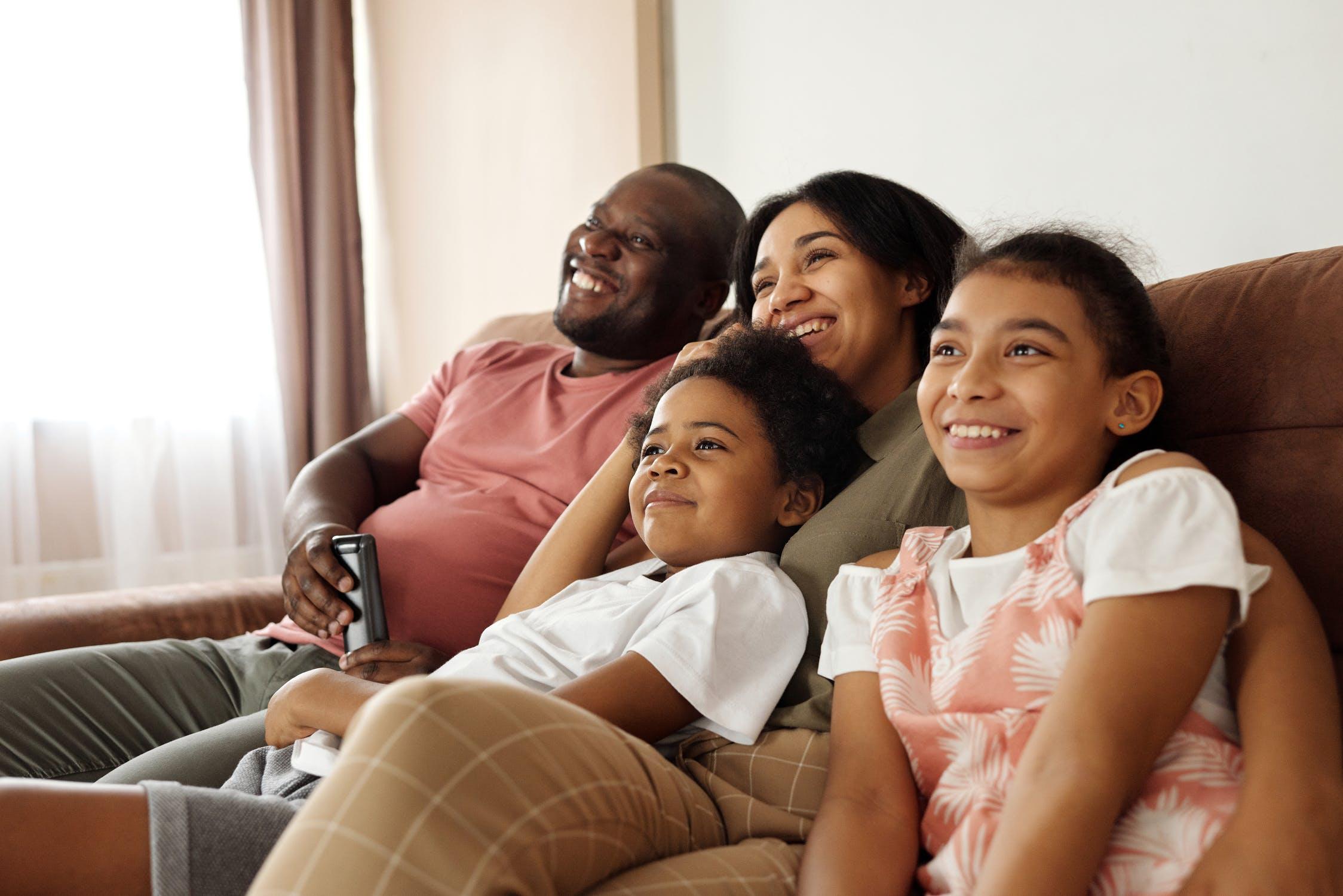 famille regardant la tv